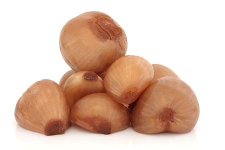 cebollas: Pila de cebolla encurtido aislada sobre fondo blanco.