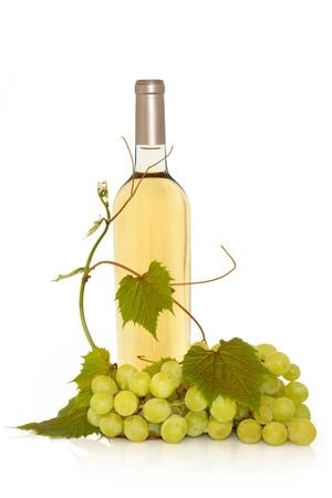 wei?wein:  Weisswein in eine Flasche mit frischen Trauben am Stock mit Blatt Thymian isoliert auf wei�em Hintergrund. Lizenzfreie Bilder