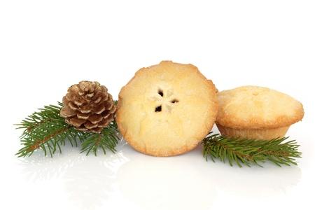 carne picada: Navidad tartas de carne picada con el azul ramita de hojas de pino abeto aislado sobre fondo blanco.