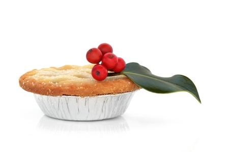 carne picada: Navidad pastel de carne picada con una ramita de acebo de bayas de la hoja aislado sobre fondo blanco. aisladas sobre fondo blanco.
