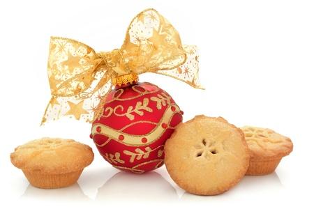 carne picada: Navidad chuchería en rojo con el brillo y el diseño de joyas y un arco de oro brillante con pelos en la tarta de grupo aislado sobre fondo blanco.
