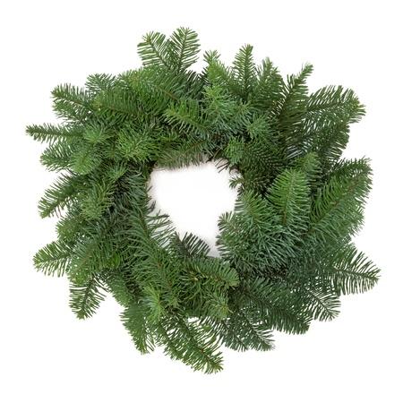 corona navidad: Corona de Navidad de abeto azul de pino abeto, sin adornos aislados sobre fondo blanco.