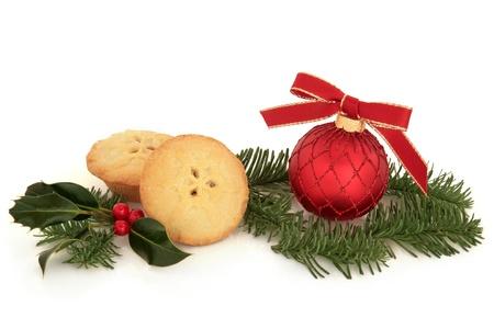 carne picada: La decoración de Navidad chuchería, con pasteles de carne, acebo de bayas y ramas de pino de hojas de abeto aislado sobre fondo blanco.