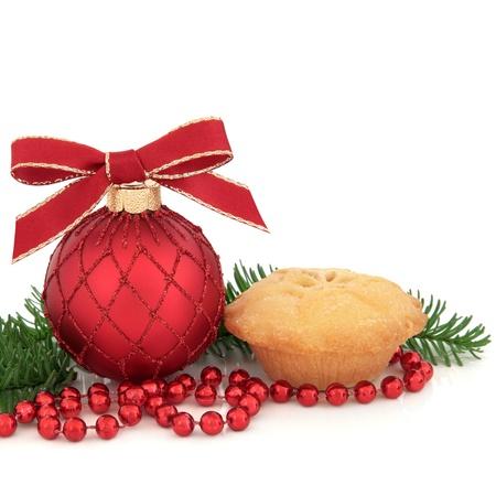 carne picada: Decoración de Navidad chuchería, pastel de carne picada y el pino ramitas de hojas de abeto y cadena de perlas aisladas sobre fondo blanco.