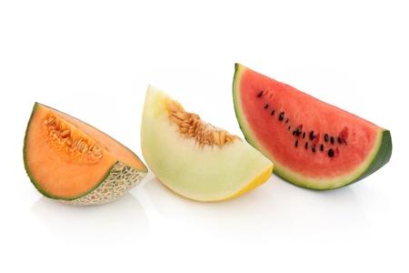 Melonenscheiben von Melone, Honigtau und roten Wassermelone isoliert über weißem Hintergrund