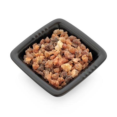 resin: El incienso ol�bano resina en un plato cuadrado negro aisladas sobre fondo blanco Foto de archivo