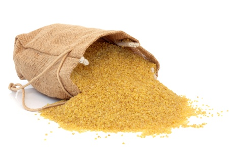 durum: Bulgur de bl� dans un sac en toile de jute et dispers�s isol� sur fond blanc