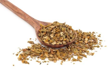 muerdago: Hierba muérdago en una cuchara de madera de olivo sobre fondo blanco