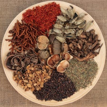 ヘシアンの背景の上椀に伝統的な漢方薬の選択