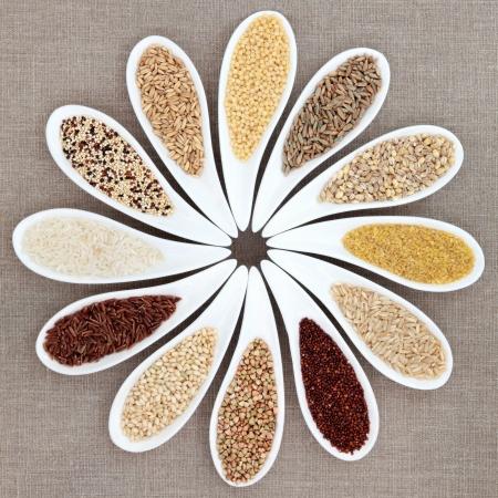 quinua: Selecci�n de los alimentos de grano en platos de porcelana blanca sobre fondo de arpillera