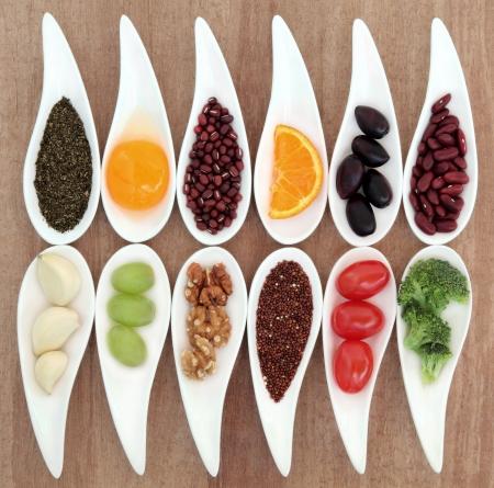 nutrici�n: Selecci�n de la comida sana de super en platos de porcelana blanca sobre fondo de papiro