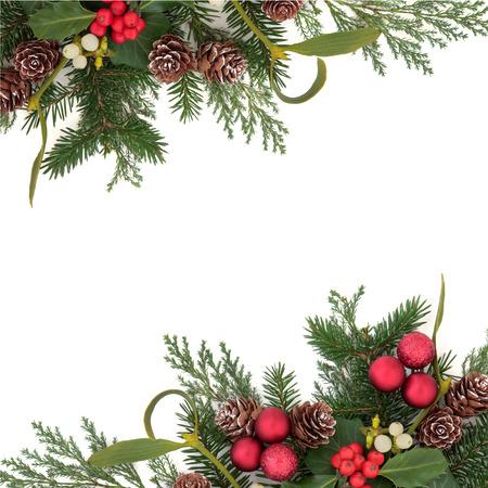 Kerstmis florale achtergrond grens met rode kerstballen, hulst, klimop, maretak, dennenappels en winter groen op witte achtergrond