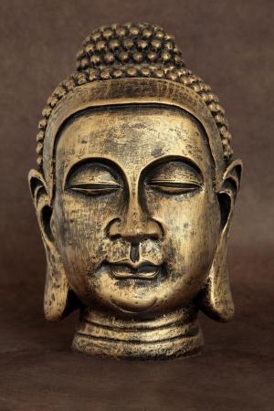 iluminados: Pista de oro estatua de Buda sobre el papel natural de lokta marrón Foto de archivo