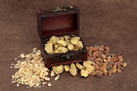 rois mages: Or l'encens et de la myrrhe et une vieille bo�te en bois sur papier brun lokta