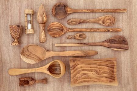 wood products: Prodotti di legno di ulivo e di selezione utensile da cucina oltre papiro sfondo Archivio Fotografico