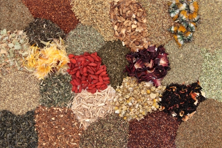 flores secas: Amplia selección de té de hierbas formando un fondo Foto de archivo