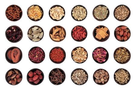 medicina tradicional china: Medicina herbaria del chino tradicional en cuencos de madera aisladas sobre blanco Foto de archivo