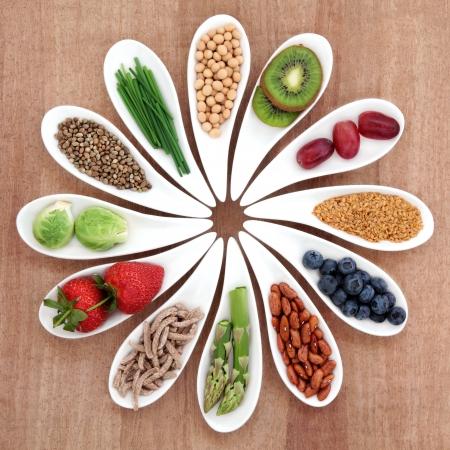 salute: Superfood selezione di salute alimentare in ciotole bianche su sfondo papiro