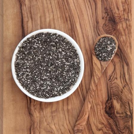 semilla: La semilla de chía súper alimento saludable en madera de olivo Foto de archivo