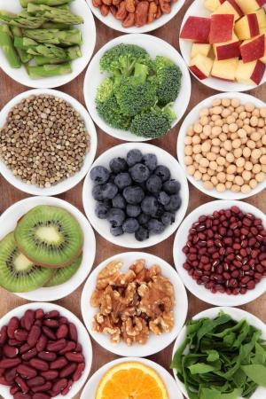 SALUD: La selección de alimentos saludables en súper tazones blancos Foto de archivo