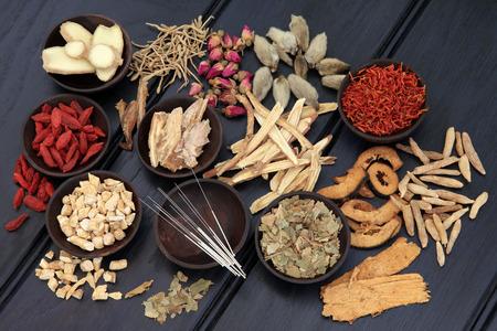 Acupunctuurnaalden en Chinese kruidengeneeskunde selectie Stockfoto