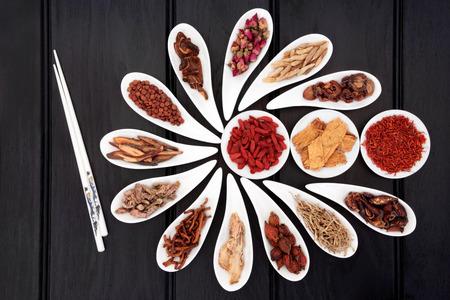 箸の白い中国鉢に中国の漢方医学の選択