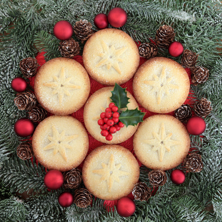 mince pie: Christmas mince pie cakes and red baubles with holly and fir