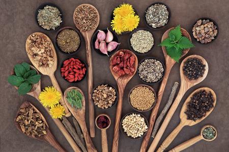 Lever detox super eten selectie in houten kommen en lepels over brown paper achtergrond .. Stockfoto