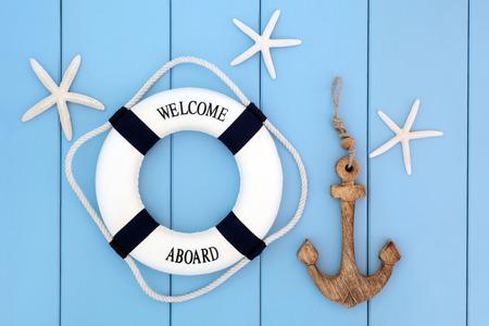 estrella de mar: Salvavidas decorativo, ancla y conchas de mar estrellas de mar sobre fondo azul de madera.