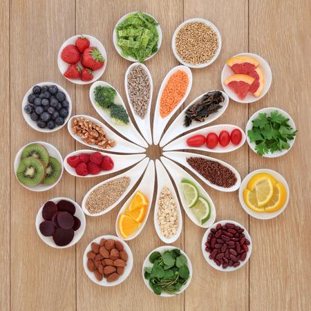 verduras verdes: Desintoxicaci�n Salud selecci�n s�per alimento en cuencos de porcelana sobre fondo de madera de roble Foto de archivo