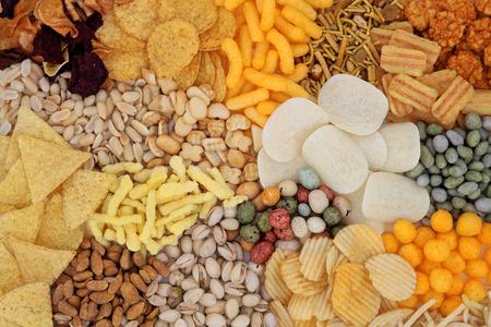 botanas: Savory selecci�n de aperitivos alimentos formando un fondo abstracto.