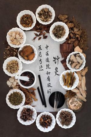 acupuntura china: Las agujas de acupuntura, palillos del moxa y la selecci�n de la medicina herbal china con la escritura de la caligraf�a. Traducci�n lee como la acupuntura medicina china es una soluci�n m�dica tradicional y eficaz. Foto de archivo
