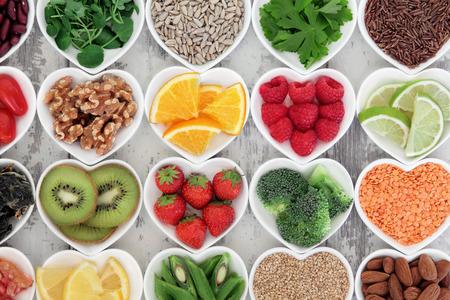 磁器健康ダイエットのスーパーの食品の選択は、苦しめられた木製の背景にボウルします。
