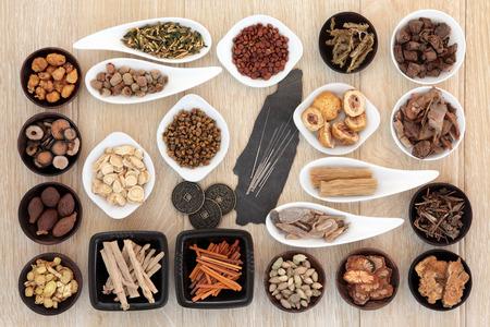 acupuntura china: Las agujas de acupuntura y la selecci�n de la medicina herbal china con las monedas del I Ching. Foto de archivo