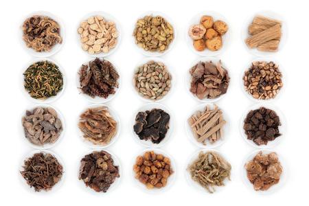medecine: Grande sélection de phytothérapie chinoise en Chine bols sur fond blanc. Banque d'images