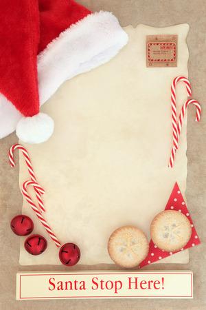 papier a lettre: Lettre de Noël de Père Noël avec panneau Stop sur du papier sulfurisé avec tartelettes et des décorations plus de papier brun fond. Banque d'images