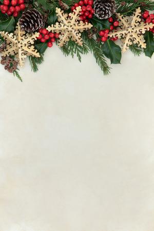 크리스마스 추상적 인 배경 테두리 골드 눈송이 장식, 홀리, 전나무와 삼나무 사이프러스 녹지 양피지 종이 위로.