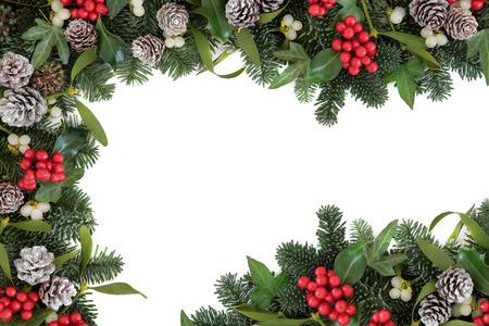 홀리, 아이비, 미 슬 토, 전나무 가문비 나무와 눈이 크리스마스와 겨울 배경 테두리 위에 흰색 소나무 콘 가루.