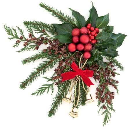flora Kerstmis met gouden klokken en rode bal versieringen met hulst, klimop en winter groen op een witte achtergrond.