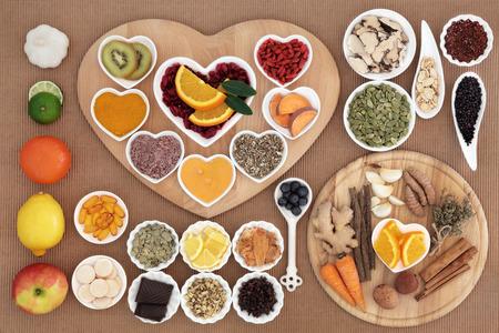hierbas: Ampliaci�n de alimentos saludables para la curaci�n fr�a rica en antioxidantes y vitamina c con las c�psulas de suplementos y hierbas medicinales y especias. Foto de archivo