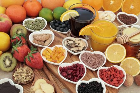 Selección de la comida estupenda para el remedio para el resfriado y la gripe que incluye alimentos ricos en c vitamic y antioxidantes con medicamentos y suplementos cápsulas a base de hierbas. Foto de archivo