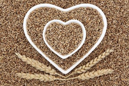 모양의 마음에 밀 곡물 음식은 피복이 추상적 인 배경을 형성 그릇. 스톡 콘텐츠