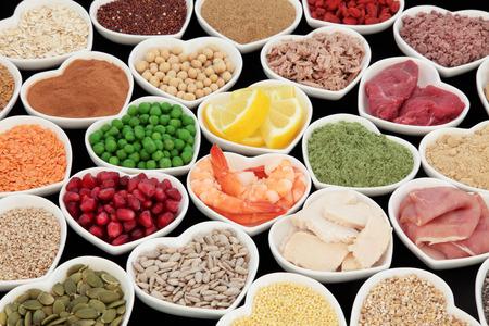 carne de pollo: Salud y el edificio del cuerpo de alto valor proteico súper alimento de carne, pescado, con polvos de suplemento, semillas, cereales, granos, frutas y verduras. Enfoque selectivo. Foto de archivo
