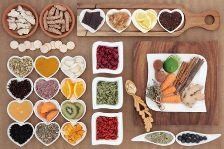 gripa: Selección superalimento y hierba para remedio para el resfriado y la gripe que incluye alimentos ricos en antioxidantes y vitamina c. Foto de archivo