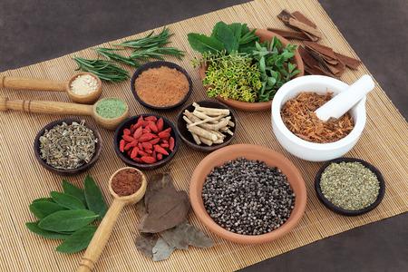 허브와 대나무 매트에 남성 한방 의료에 사용되는 향신료를 선택합니다. 스톡 콘텐츠