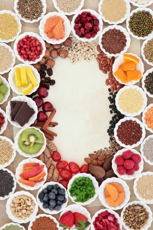 legumbres secas: Salud y súper fondo frontera, en cuencos de porcelana y suelta sobre pergamino y papel de cáñamo. Alto contenido de vitaminas y antioxidantes.