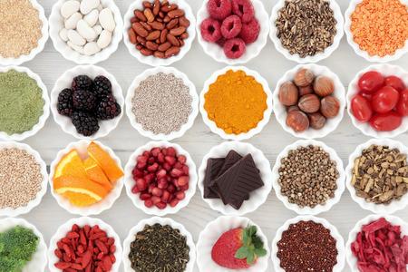 Súper selección de alimentos saludables en la arruga de la porcelana cuencos sobre fondo de madera en dificultades. Alto contenido de vitaminas y antioxidantes.