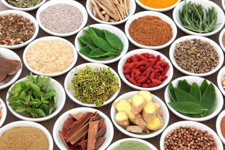 salud sexual: Hierbas, especias y selección súper alimentos para la salud para hombre en cuencos de porcelana sobre fondo de arpillera. Se utiliza en la medicina natural alternativa natural. enfoque selectivo.