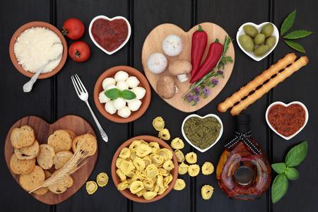 Mediterraan gezond dieet voedsel selectie over de donkere houten achtergrond. Stockfoto