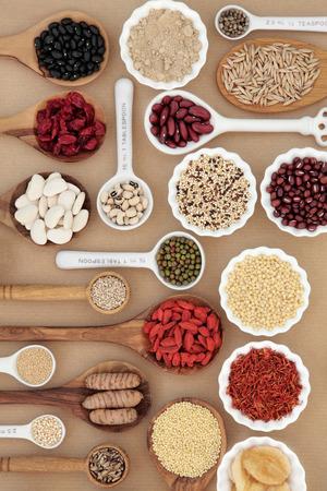 legumbres secas: la comida sana seca en tazones y cucharas sobre fondo de papel marrón natural. Foto de archivo
